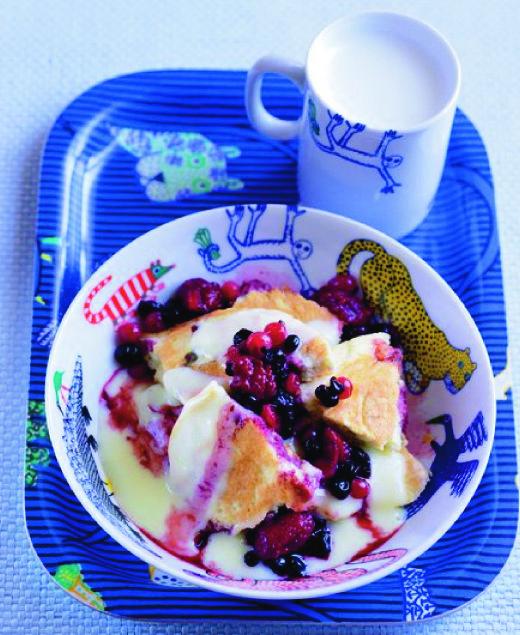 Klasický trhanec s ovocem přelitý poctivým žloutkovým krémem. Pracný, ale skvělý dezert. Akorát jej děláme bez rozinek.
