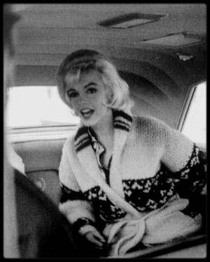 """1er Juin 1962 / Marilyn fêta son trente-sixième anniversaire au studio sur le plateau du film """"Something's got to give"""". Elle commença tôt ce jour-là et tourna la scène avec Wally COX et Dean MARTIN. Pat NEWCOMB arriva au studio dans l'après-midi avec du """"Dom Pérignon"""", le champagne préféré de Marilyn. Dean MARTIN avait lui aussi apporté du champagne. Evelyn MORIARTY, la doublure de Marilyn, avait collecté auprès de l'équipe 50 $ pour le gâteau, acheté chez """"Humphrey's Bakery"""" du """"Farmer's…"""