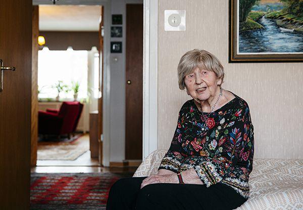Hon är Sveriges äldsta bloggare och har blivit något av en rikskändis på senare år. Dagny Carlsson 105, berättar att livet vände när hon fyllde 100. Då vågade hon höja sin röst och bli kaxig. Här berättar hon om sitt livs kärlek, om skrivdrömmar och nyckeln till att må bra på ålderns höst.