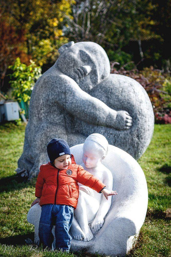 мальчик и скульптуры фотография музеон фотосессия портретная портрет детская выездная съемка репортажная на природе пленэр дети mvryabinin фотограф Максим Рябинин