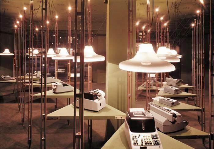 Interno del negozio Olivetti di Parigi allestito da Franco Albini