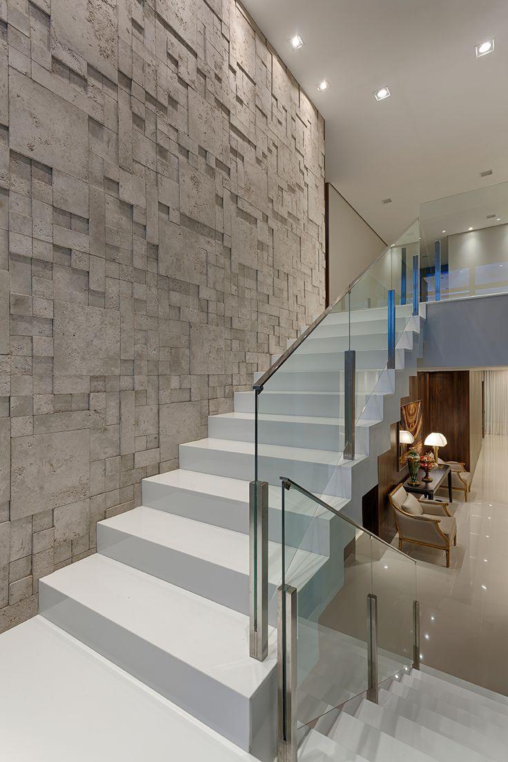 Escada elegante com o Mosaico Etrusco Fendi, projeto da designer de interiores Erica Carneiro - Foto: Gustavo Xavier
