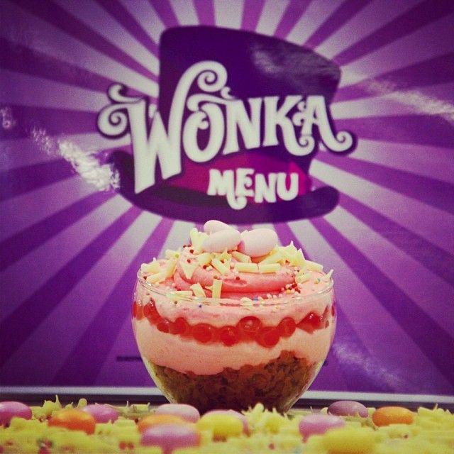 Bubblecreamy:Μους λευκής σοκολάτας με bubbles κόκκινων φρούτων και γκοφρέτα με φράουλα. Τι πιο Wonka!