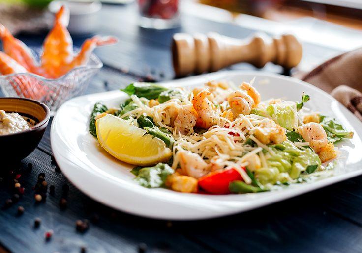 Закусочный салат «Цезарь» с помидорами и креветками
