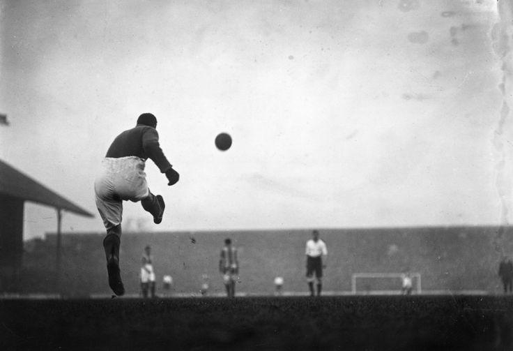 In una foto del 1911, un rinvio del portiere dell'Oldham Athletic nella partita contro il Tottenham Hotspur #calcio#sport #fotografia #storia
