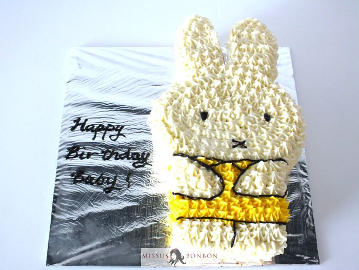 We don't do buttercream cakes often, so it is refreshing to do one once in a while. This time, it was a Miffy cake!