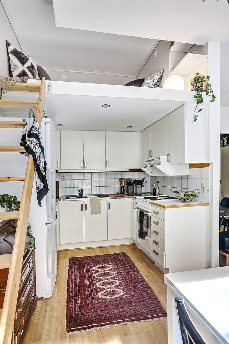 mezzanine qui grignote sur la cuisine pour caser frigo et rangement en dessous. Sports intégrés dans plafond mezzanine.
