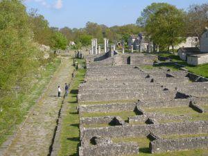 La città romana di Saepinum sorge all'incrocio di due importanti strade: il tratturo Pescasseroli-Candela e la strada che collega il Matese alla costa. L'area occupa una superficie di circa 12 ettari a pianta quadrata, circondata da una cinta muraria reticolata. La cinta muraria fu voluta dall'imperatore Augusto , che diede incarico di costruirla ai due figli adottivi Tiberio e Druso, più per il decoro della città che per impellenti necessità difensive.la citta' dall'alto Lungo la cinta…