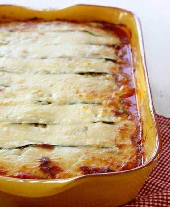 Courgettelasagna. Met rundergehakt en verse tomatensaus, 3 courgettes in lange plakken gesneden met de kaasschaaf. ik smeer tussen de lagen in een mengsel van zachte geitenkaas, beetje slagroom en 250 gram ricotta. Bovenop doe ik gerapte kaas. Echt zelf de tomatensaus maken ( basisrecept tomaten saus, ik doe er verse basilicum en laurier doorheen ) heerlijke maaltijd. Ik geef er komkommer tomaten salade bij. Eet smakelijk.