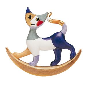 http://www.museesdumonde.com/ext/X096/pid/47881 Chat croissant de lune Rosina Wachtmeister Un petit chat qui se balance, comme sur un croissant de lune ; car en Ancienne Egypte le chat était associé à Bastet, la déesse mère, lunaire, de la fécondité et de l'amour. Et la grande créatrice Rosina Wachtmeister reprend merveilleusement cette forme de lune si caractéristique, donnant à ses chats une expression qui nous séduit ! Livré dans emballage cadeau avec fenêtre Hauteur : 6.5 cm