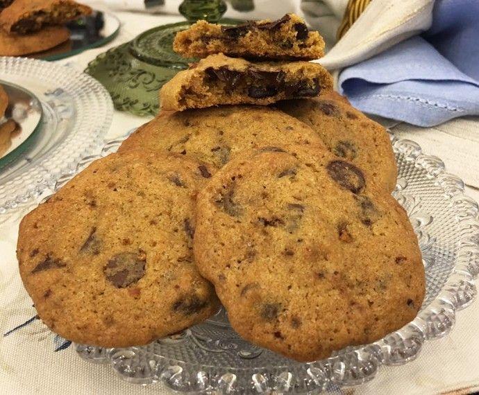 Cookie Original de Chocolate vídeo aula INGREDIENTES 2 1⁄4xícaras (chá) de farinha de trigo (370 g) 1colher (chá) de bicarbonato de sódio 1colher (chá) de sal 1xícara (chá cheia) de manteiga em temperatura ambiente (227 g) 3⁄4xícara (chá) de açúcar cristal (190 g) 3⁄4xícara (chá) de açúcar mascavo levemente prensado no copo (125 g) 1colher (chá) de essência de baunilha 2ovos grandes 2 1⁄2xícaras (chá) de gotas de chocolate meio amargo (470 g) 2xícaras (chá) de nozes pecan gr