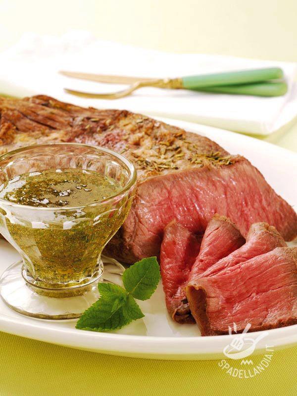 Il Roast-beef con salsa alle erbe è davvero squisito e conquista proprio tutti. Lo potete degustare tiepido ma anche freddo, arricchito dalla sua salsina.
