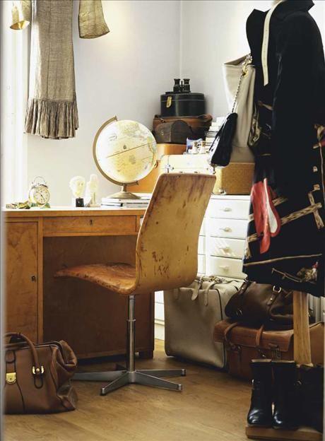 Skriv-bordet i polerad björk är 30-tal och inropat på Auktions-verket i Stockholm. Skinnstolen i dan...via Skona Hem