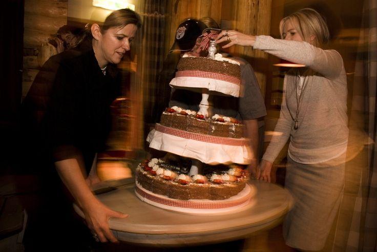 #Weddingcake #Swiss #WeddinginSwiss #Wedding #Snowwedding #HamiltonLodge #Snowboarding #Motion #Fallingcake #Maclinsy #LinsySteijvers #Rijkereizen