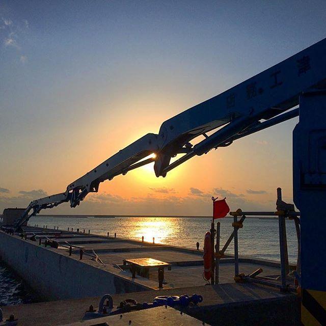 【kaze_6.7】さんのInstagramをピンしています。 《・ 今日は250メートル配管での圧送工事。 ブーム先からの配管はどうかと思うけど先日は大丈夫でした。 太陽も上ってきたので頑張ります‼︎ #コンクリートポンプ車 #圧送工事 #生コン打設 #朝日 #海 #現場風景 #工事現場 #concretepumping #junjinconcretepumps #sunrise #sea #silhouette》