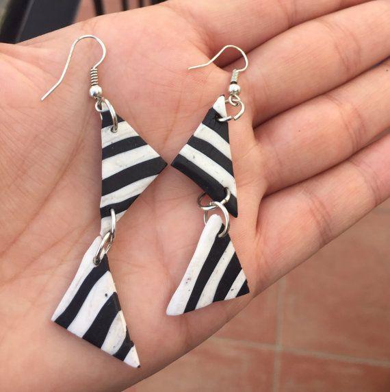 Due triangolo striscia orecchini, bigiotteria fatta a mano, orecchini geometrici, neri bianco orecchini, orecchini a strisce, regalo per lei, gioielli, J retrò