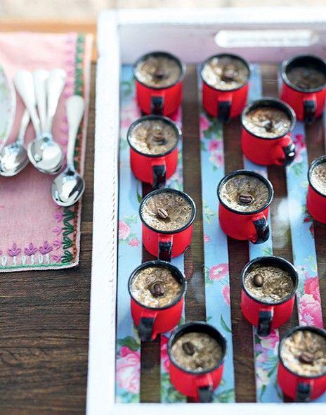 Servidos em canecas, os potinhos cremosos de café com leite são assinados pela chef Heloísa Bacellar