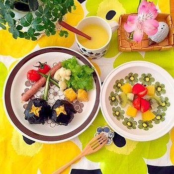 こちらはマリメッコのテーブルクロスに合わせて、北欧の花柄食器という組み合わせ。 まあるいお花のアラビアの食器がさらに気分を盛り上げてくれそうです。