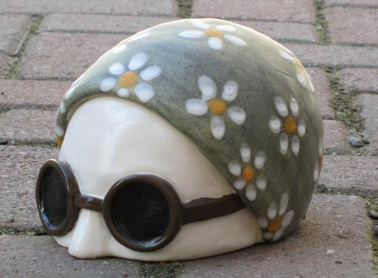 dit is een hoofd van een zwemmer gemaakt van keramiek