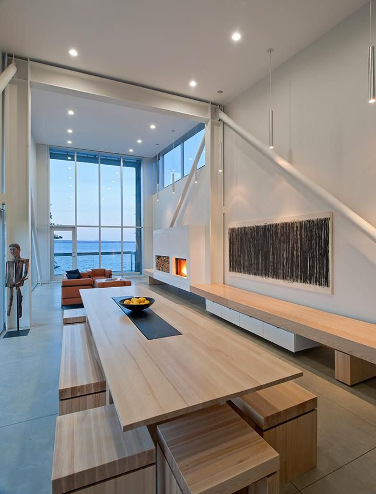 A beautiful modern home with a high ceiling that faces the sea, what more can you ask for?