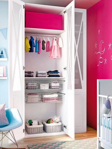 armario infantil con el interior distribuido para la ropa de un nio