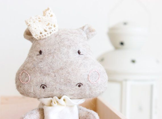 Stuffed animal customized, handmade fully, so it can vary slightly ( I try to make it as similar to the picture) . It measures about 13cm approximately (seated) and it is made of wool felt. #weihnachtsgeschenke #kinder #kuscheltier #christkind
