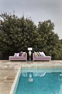 Piscina este bijuteria capabila de a transforma o curte simpla intr-o oaza de relaxare in aer liber si personal prefer in loc de un sezlong dur, ceva mai moale, precum o canapea!  #canapea, #decorcurte