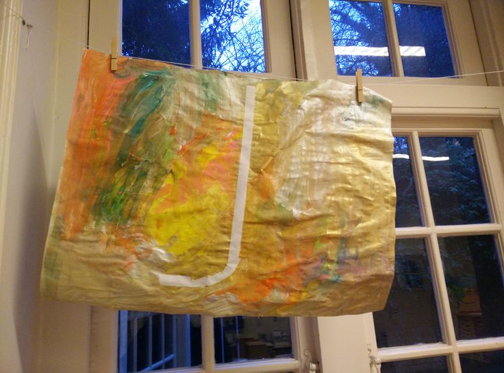 Letter verven: met schilderstape de letter plakken op het grote papier. Hierna op het papier verf druppelen (niet te weinig). De kinderen mogen dan al het verf uitsmeren. Het mengen van de kleuren vinden ze zeer bijzonder.