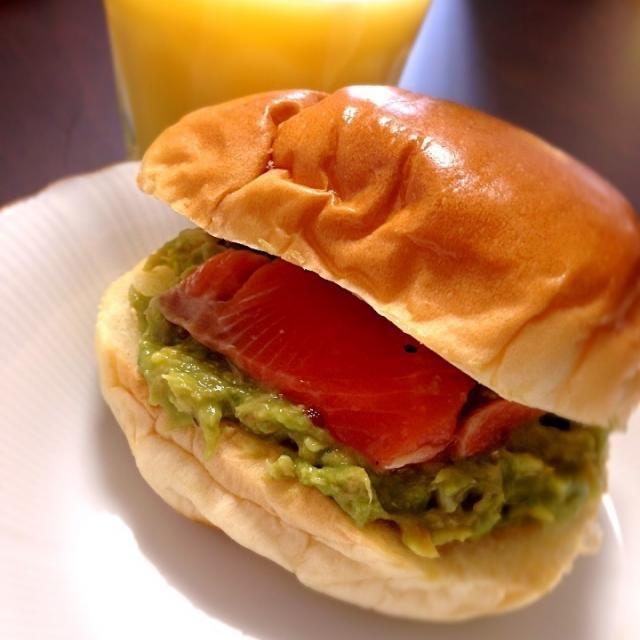 5/18 朝ごはん♪昨日の残りでサンドイッチ。ペースト状にしたアボカドサラダはパンに挟んでも美味しい(〃ω〃)これもsyunkonさんのレシピ本から♡ - 5件のもぐもぐ - アボカドサーモンサンド by nao