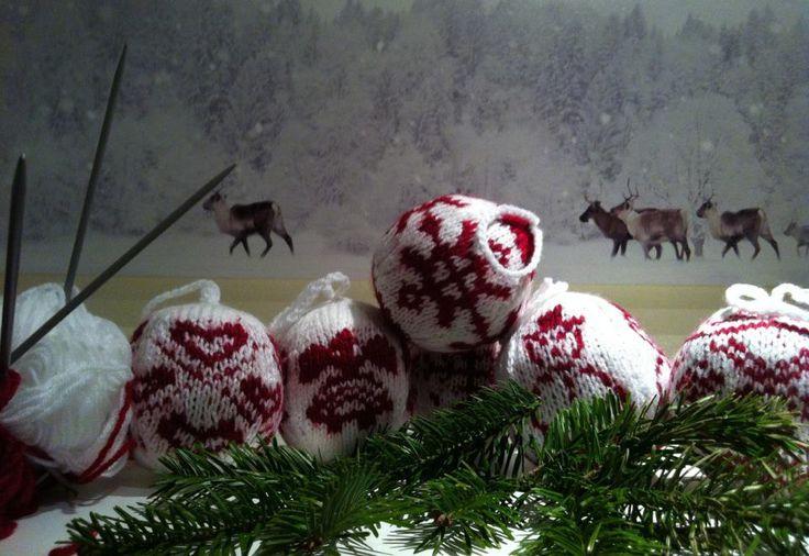 selbst gestrickte Weihnachtskugeln