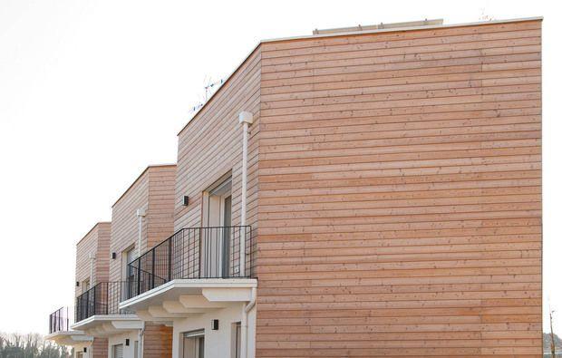 Case moderne e sostenibili fatte di paglia