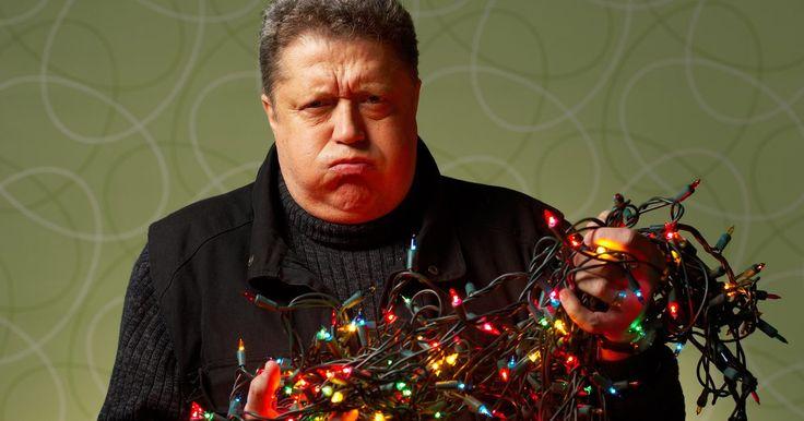 Tipos de circuitos en las luces de Navidad. Las luces de Navidad por lo general poseen tanto circuitos en serie como en paralelo. Si estás listo para colocar tus luces de Navidad y notas que una de las líneas no enciende, probablemente hayan luces que estén en un circuito en serie. Un circuito paralelo es una mejor opción, ya que la línea seguirá funcionando a pesar de que se haya quemado ...