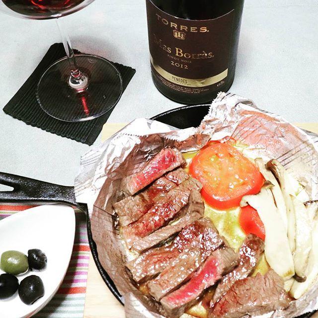 今夜はジムに行かないので、ガッツリ肉を食います!  #自炊男子 #自炊 #ディナー #夕ご飯 #宅飲み #ステーキ #エノテカ #赤ワイン #ワイン #晩酌 #肉 #肉食 #牛肉  #stake #winewednesday #wine #redwine #beef #olive #torres #spain #enoteca #dinner #vin #pinotnoir #masborras