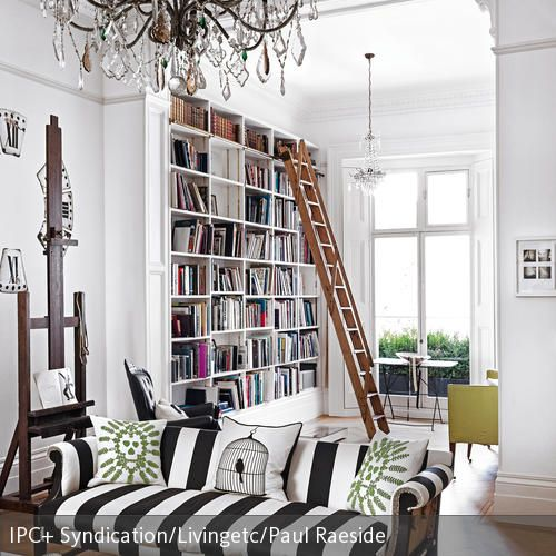 Dieses Bücherregal ist dank der Leiter immer gut zu erreichen. Die hohen Decken wurden hier ausgenutzt, um den Stauraum maximal zu nutzen. Auf dem coolen, …