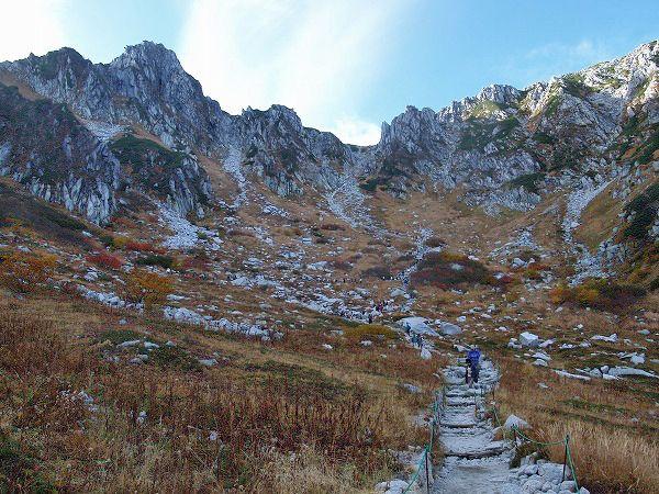 駒ケ岳ロープウェイ山頂駅の前に千畳敷カール。木曽駒ヶ岳|中央アルプス登山ルートガイド。Japan Alps mountain climbing route guide