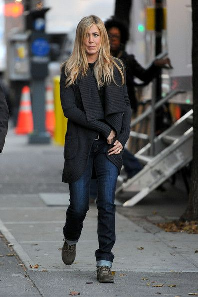 """Jennifer Aniston Photos - Jennifer Aniston makes her way onto the set of her latest movie """"Wanderlust"""", shooting on location in New York City. The comedy, which stars Jennifer's """"Friends"""" co-star Paull Rudd, follows the lives of a city couple as they try to embrace a more relaxed lifestyle. - Jennifer Aniston on Set in NY"""