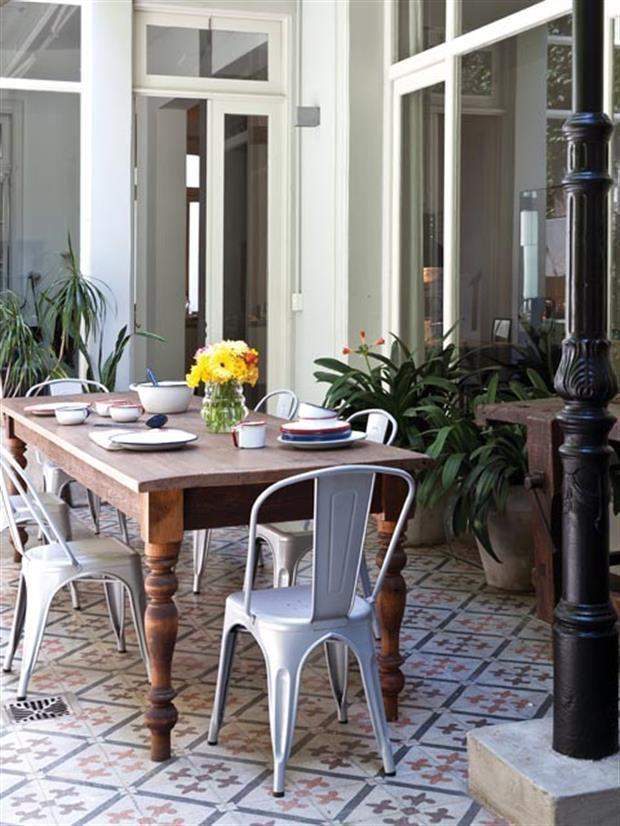Deco: un espacio para disfrutar puertas adentro Bartolomea lanzó una línea de enlozados que traen lindos recuerdos del pasado y que hoy son la última moda en deco. El juego de platos y fuentes combina perfecto con la onda de los pisos y la mesa exterior que compró en una casa de antigüedades. Foto: Magalí Saberian. Producción de Ale Altamira Garden Furniture Design, Room Colors, Sweet Home, Dining Table, Terraces, Balconies, Home Decor, Ideas, Arquitetura