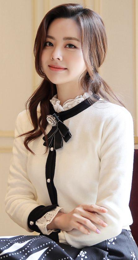 StyleOnme_Pearl Button Color Trim Cardigan #white #black #elegant #cardigan #pearl #feminine #koreanfashion #kstyle #kfashion #springtrend #seoul #dailylook
