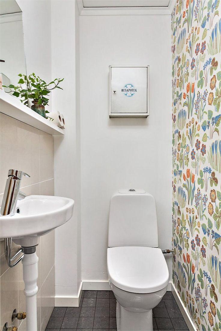 Färgglad tapet som fond på toalett