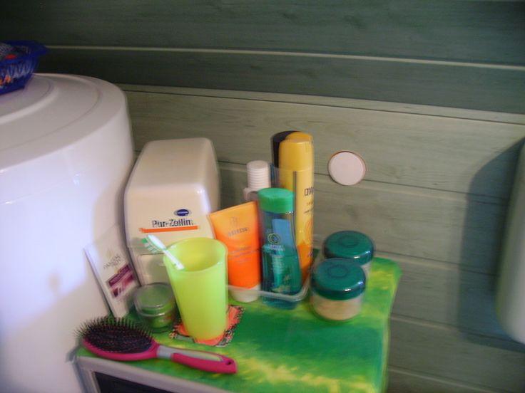 Neben dem Wasserboiler habe ich eine kleine Kommode stehen, auf der ich meine täglichen Pflegeprodukte untergebracht habe.