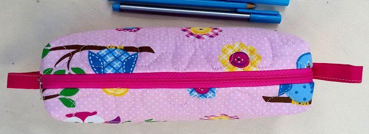 Estojo feito em tecidos 100% algodão.  Ideal para armazenar materiais escolares, mas pode ter diversas utilidades.