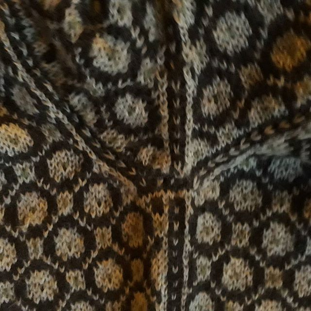 Detail side, joining of sleeve and decrease pattern under sleeve #schnirkelcraft #strikmednordisktradition #nordicknitting #blærerøvsstrik