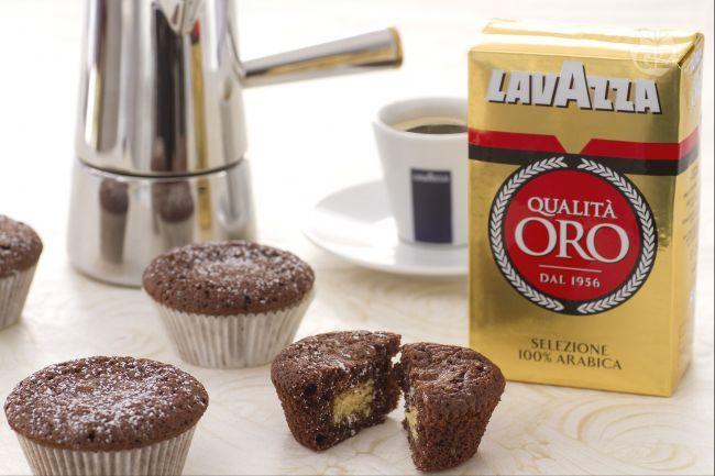 I cupcake al cioccolato con cuore al caffè sono piccole dolcezze aromatizzate al caffè di pregiata miscela arabica con un cuore di cioccolato bianco.