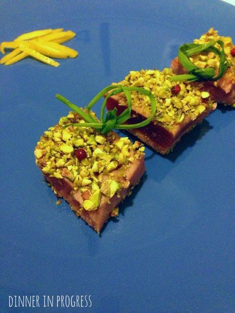 Menù tra amiche: secondo – Trancetti di tonno scottato in crosta di pistacchi   Dinner in Progress