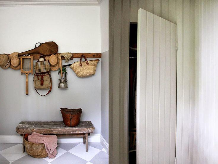 Platsbyggd förvaring/garderob i hall av pärlspont. Hemma hos Strenghielm: Fabrikens tema; Ordning Reda