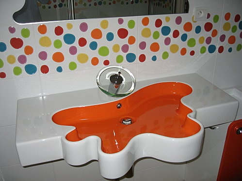 Tout ce que j'aime: des couleurs, du design et un clin d'oeil au Master du design finlandais, M. Aalto... Pas mal pour la salle de bain des enfants!