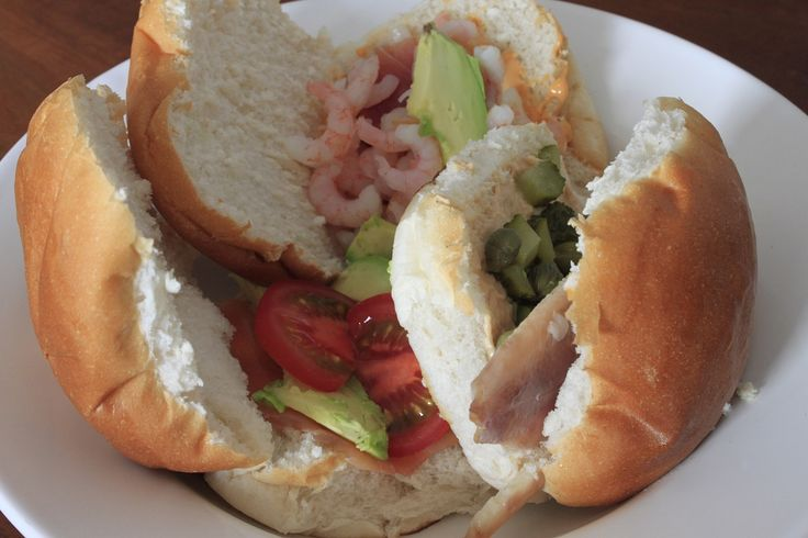 Mijn favoriete vis broodjes met zalm, garnalen, tonijn en forel #recept #foodblog #vis #fishfood #recept #lunch #brood