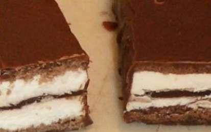 Kinder Pinguì - Un buonissimo dolce che potete preparare in casa è la torta kinder pinguì. Una torta formata da due gusci di pan di Spagna al cacao farcito con panna e nutella. Perfetta anche per le feste di compleanno.