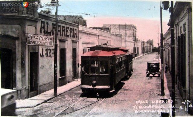 Tranvía en la Calle Libertad, Tlaquepaque, Jalisco (c. 1929).