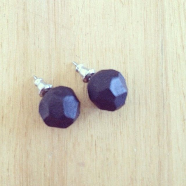 Faceted studs #polymerclay #faceted #geometric #earrings #studs #black #handmade #madmarigolds